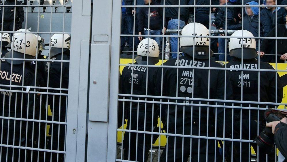 Oberliga-Spiel: Polizei nimmt Krawallmacher fest - Bildquelle: FIROFIROSID
