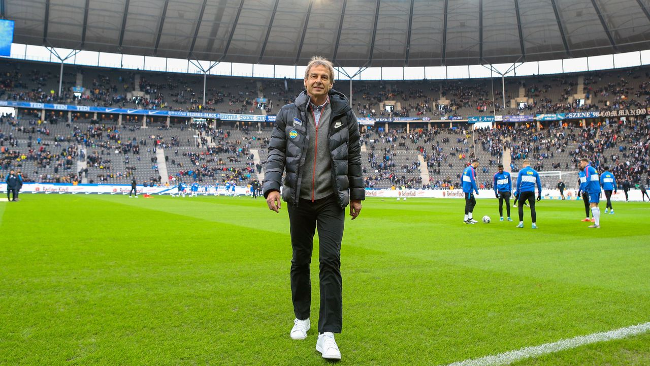 Klinsmann betritt das Stadion - Bildquelle: imago