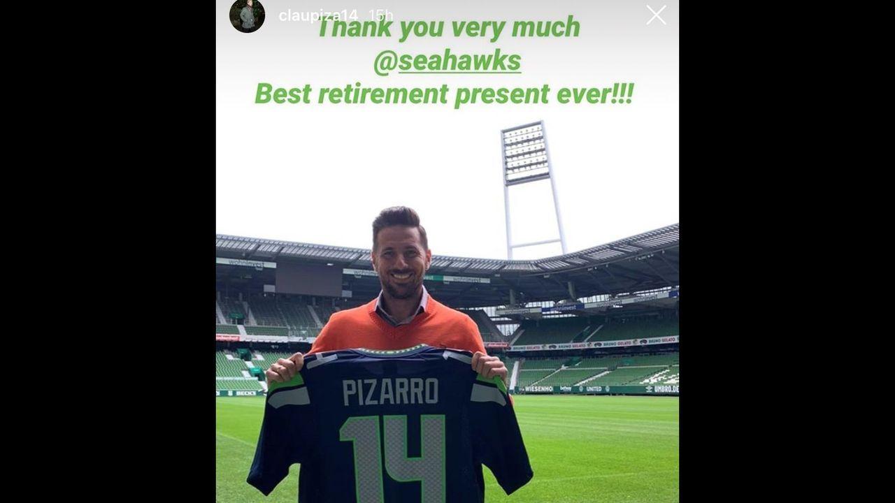Claudio Pizarro und sein Abschiedsgeschenk von den Seahawks - Bildquelle: Screenshot / Instagram @claupiza14